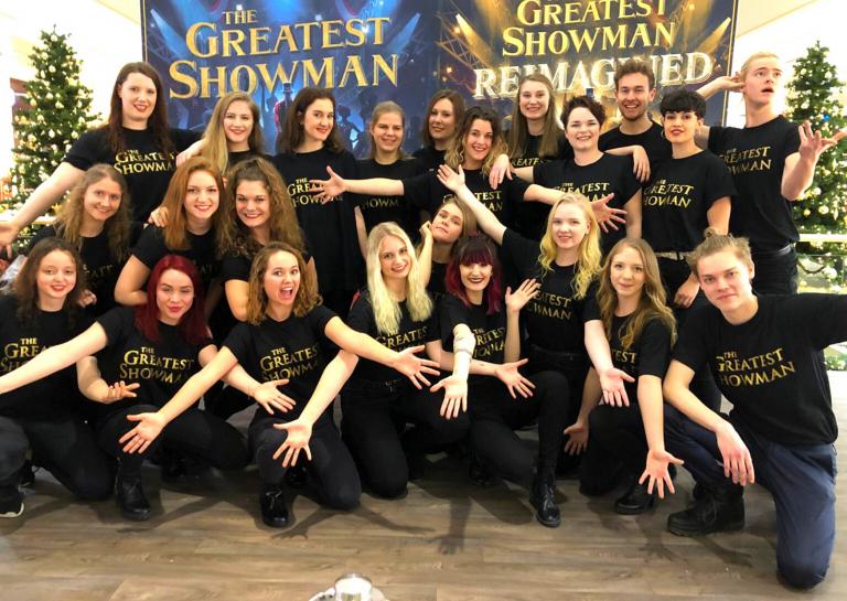 """Die Stage Art Schüler mit ihrer Performance """"The Greates Show"""""""
